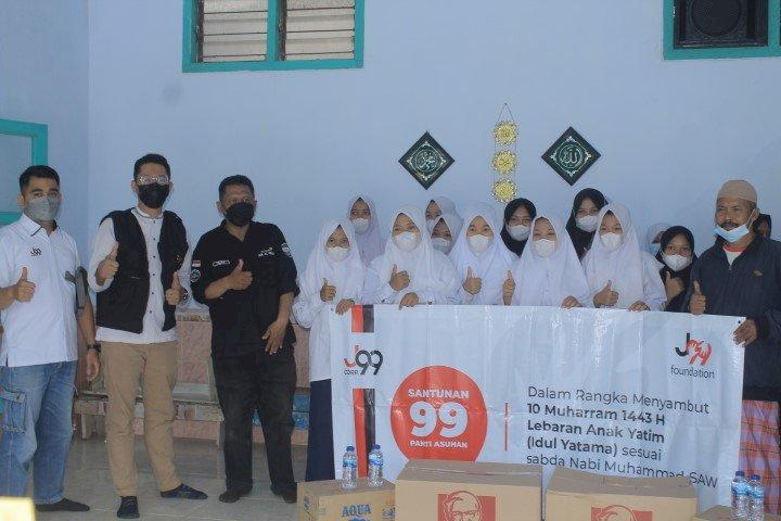Gilang Widya Pramana melalui Yayasan Nirlaba -J99 Foundation Peduli Anak Yatim di Panti Asuhan Al Falah Leces Probolinggo